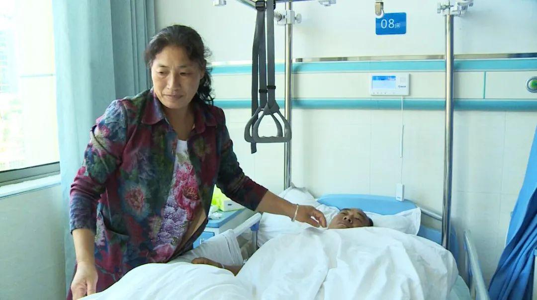 不顾腿伤,贵州16岁少年毅然跳入河中,救下150斤落水男子!网友:你是英雄少年!