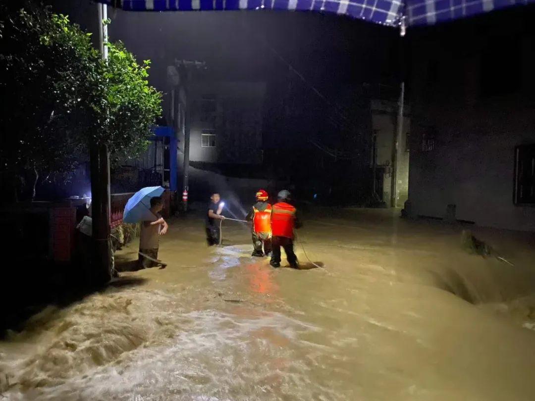 严重内涝、山体滑坡......他们彻夜投入抗洪救援!大暴雨还要下,贵州55地有大范围地质灾害风险!