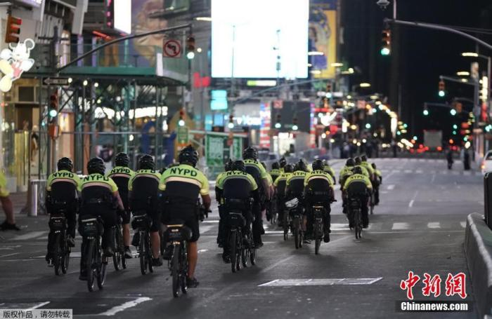 原料图:纽约警察在时代广场附近骑自走车巡逻。