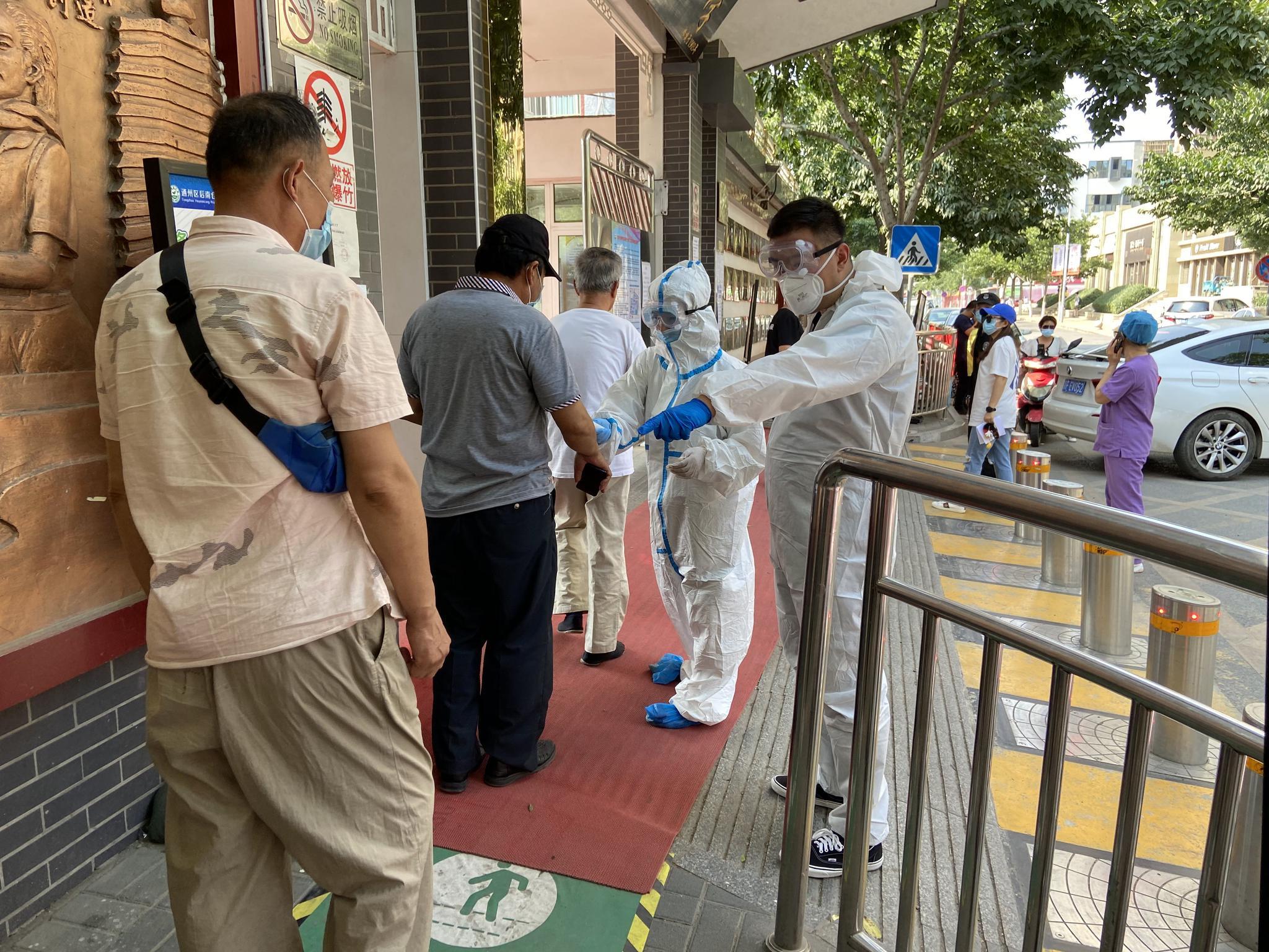 居民楼道搭帐篷自我隔离 北京通州社区书记上门劝停