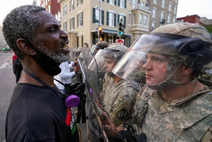 美国首都华盛顿,抗议民众与国民警卫队士兵对峙。图源:路透社