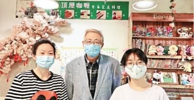 复工后,岛田孝治(中)在餐馆内与友人合影。岛田孝治供图