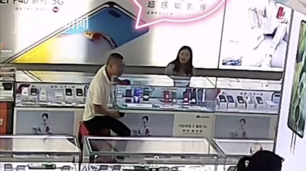 """民警调解纠纷嫌疑人旁观 不料""""吃瓜""""吃到自己"""