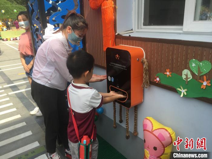 从6月8日起,北京市具备开园条件的北京市幼儿园陆续开园。图为幼儿在进行手部消毒。 张兴龙 摄