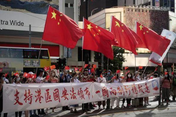 ▲6月30日,香港市民在铜锣湾街头声援实走香港国安法。(新华社)