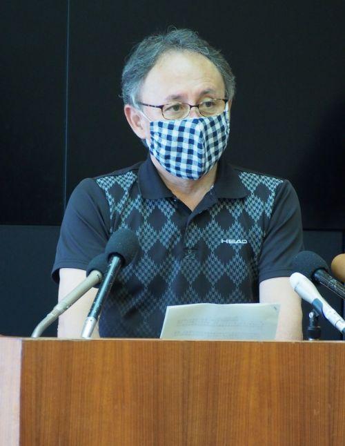 玉城丹尼11日参添讯休发布会。图源:《琉球新报》