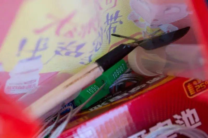 """▲陈雁之随身携带的""""叮当幼口袋""""——红外相机""""伴侣""""工具。新京报记者 李凯祥 摄"""