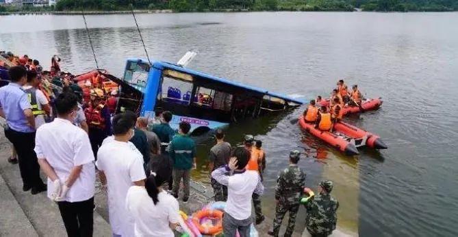 消防人员开展搜救工作(图源:贵州消防)