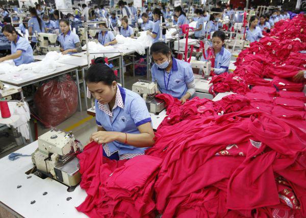 """原料图:在柬埔寨金边,他们过于倚赖远东的生产安排。""""</p> <p cms-style="""