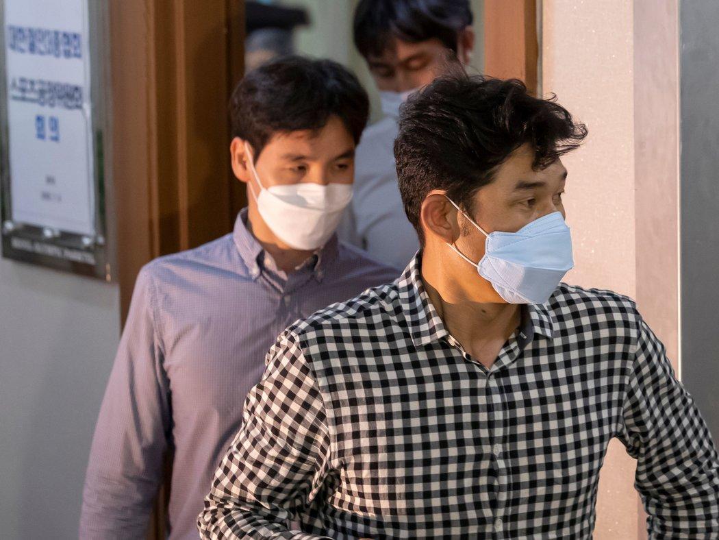 被控告的教练金奎峰(右)。
