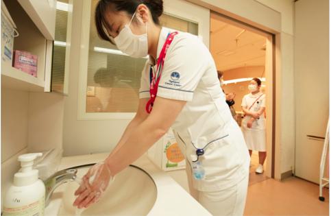 原料图:东京一家医院的医护人员(美联社)