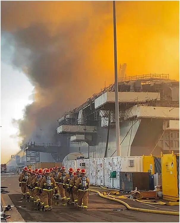 美国海军迪凯特号驱逐舰的舰员参与救火 图源:脸书