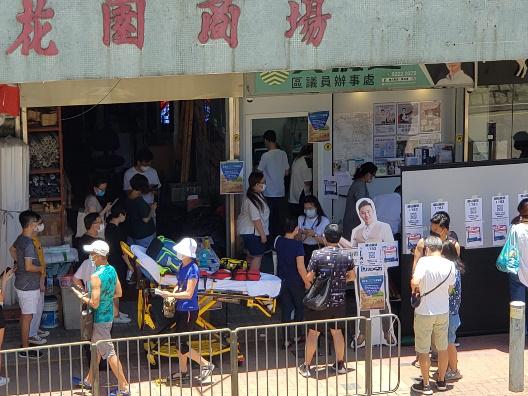 12日正午,青衣海悦花园商场票站,有不适者送医。图自:香港文汇报