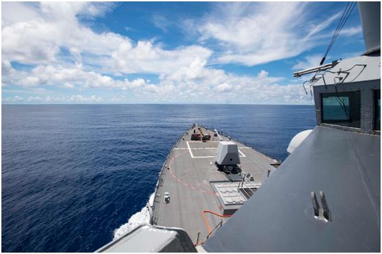 """美国宁靖洋舰队发布的驱逐舰""""拉尔夫·约翰逊""""号驱逐舰在南沙群岛航走画面"""