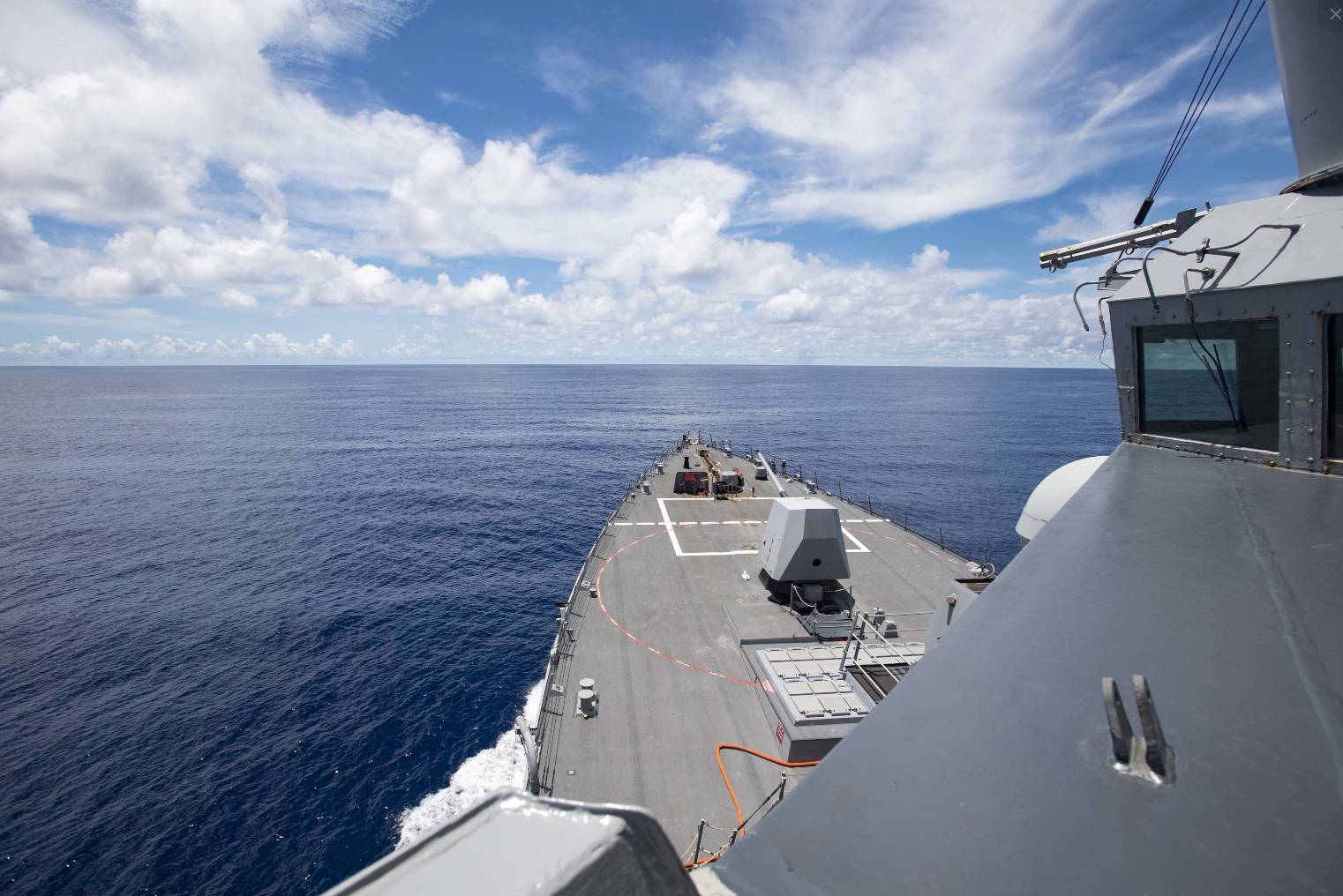 """""""拉尔夫·约翰逊""""号驱逐舰经过吾南沙华阳礁和永暑礁 图源:美国海军"""