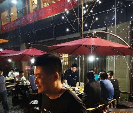 姚明被拍到吃大排档 网友调侃:怎么让姚主席站着吃呢?
