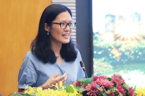 侯逸凡在深圳大学教授聘任仪式上发表演讲。深圳晚报 图