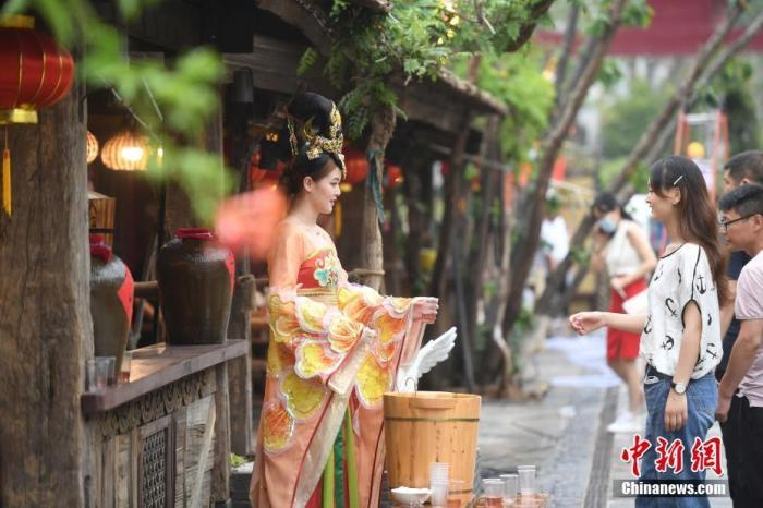 原料图:游客游览西安宋城演艺王国景区。杨晨 摄