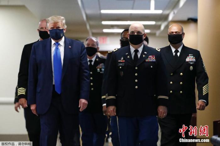 当地时间7月11日,美国总统特朗普在访问一家军事医疗中央时,被拍摄到戴着口罩。