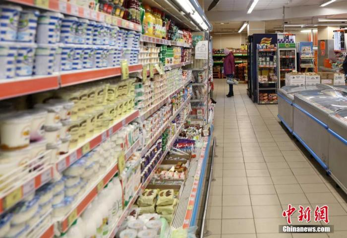 原料图:图为俄罗斯超市里物资裕如,人员稀奇。 中新社记者 王修君 摄