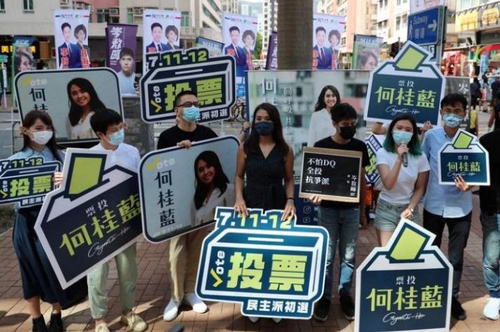 7月11日,参与指斥派初选的候选人在街头拉票。图自法新社