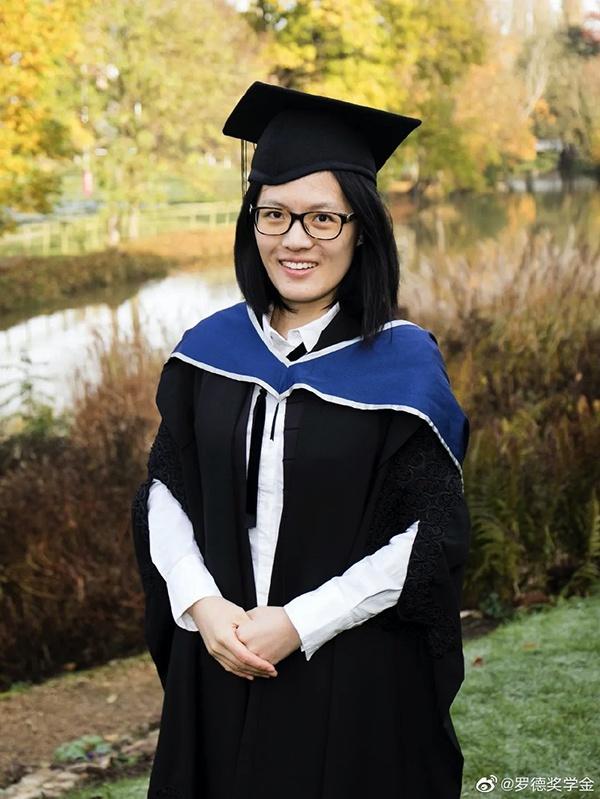 侯逸凡于2017年获罗德中国奖学金,2018年入读牛津大学(图为牛津毕业照)。