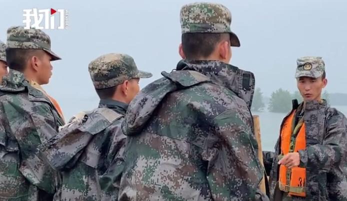 身为副班长的付海洪正在给战友安纵容务。