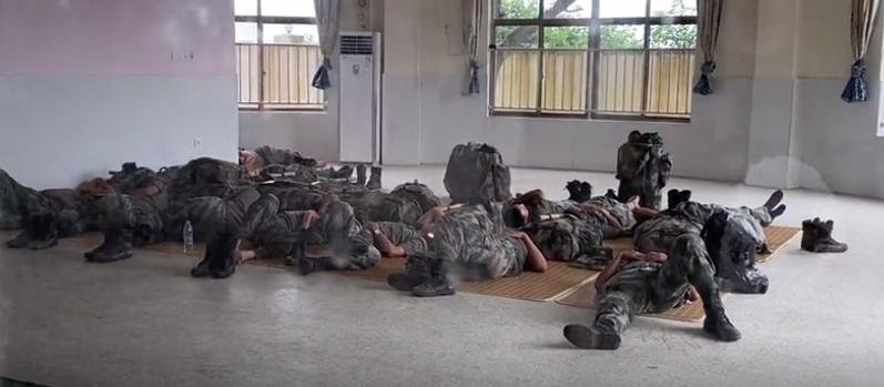 付海洪和战友们在巡查间休,只能席地而眠。