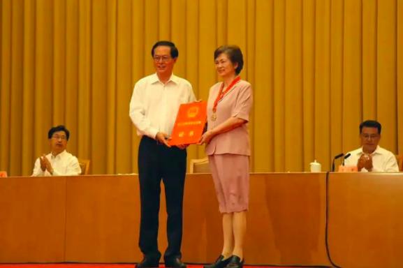 浙江省委书记车俊给李兰娟院士颁奖。(小芸 供图)