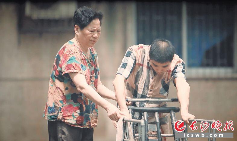 """长沙73岁老人照顾非亲生孩子42年,被誉为最美""""芙蓉妈妈"""""""