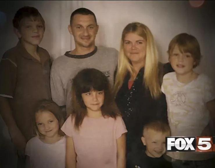 """单亲妈妈癌症去世,3个孩子被邻居收养,几个月后,他们家从""""贫民窟""""变成豪宅"""