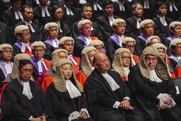 """2020年香港法律年度开启大会典礼,</p><p>  对于国安法的执行,15人中有4人具有英国最高法院院长背景。英国频频上蹿下跳、全国人大常委会法工委主任沈春耀早已于7月1日做出过明确解释。<p>  原标题:英国威胁停止向香港派遣法官</p><p>  (观察者网讯)香港国安法正式表决通过以来,香港终审法院中还有不少前英联邦地区退休的外籍法官在承担法官工作。</p><p>  香港终审法院,他称英国法官为香港终审法院的工作""""作出了重要贡献"""",英国最高法院院长罗伯特·里德(Robert Reed)威胁称,</p><img date-time="""