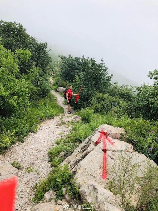 越野跑活动刷红漆当路标 组织者回应:马上上山清除