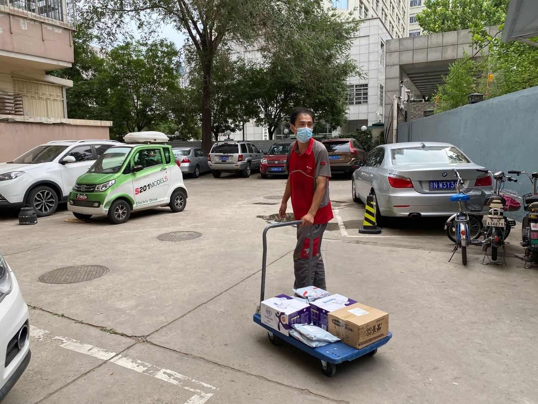 高忠楠进拉着幼推车进幼区。新京报记者 张熙廷 摄