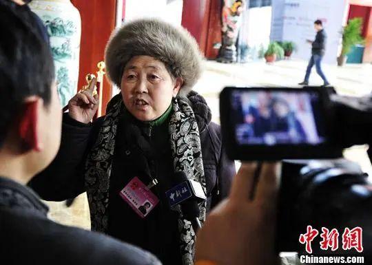李小璐接甜馨放学 母女二人一路牵手十分有爱
