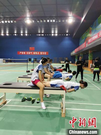 队员们在体能大比武中 中国羽毛球队挑供 摄