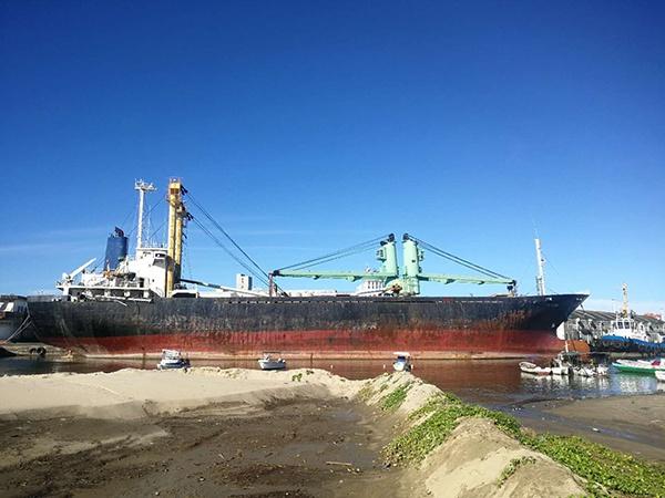 FLYING停靠在塔马塔夫港口。船员符伟刚弟弟2019年4月赴马国探监时拍摄。