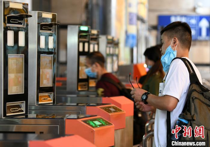 资料图:旅客刷脸进站。 胡国林 摄