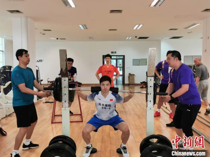 男单石宇奇在体能大比武中 中国羽毛球队挑供 摄