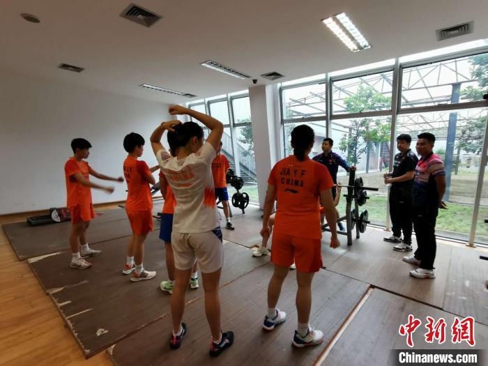 女队队员们准备睁开体能比拼 中国羽毛球队挑供 摄