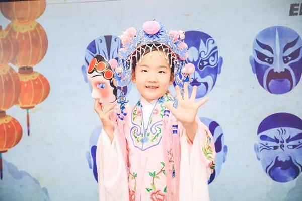 全球英语挑战赛举行 穿马褂摇折扇讲中国故事