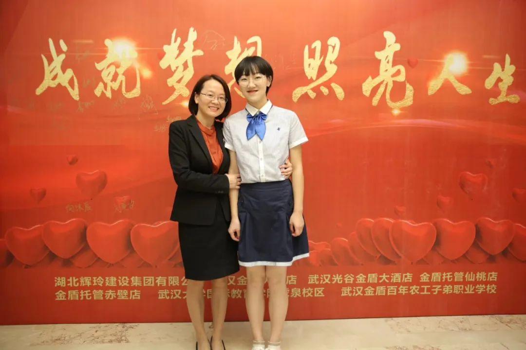 母女俩在2019第十一届董事长助学帮扶基金颁奖典礼上合影