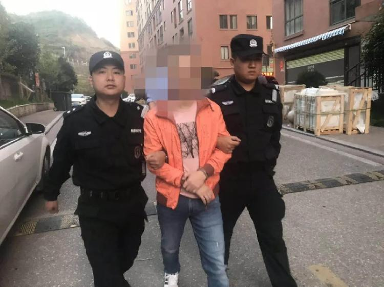 警方突袭涉黄直播现场抓14人 有人男扮女装色情表演