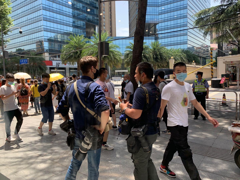 7月26日,外媒记者在成都领事馆路采访。
