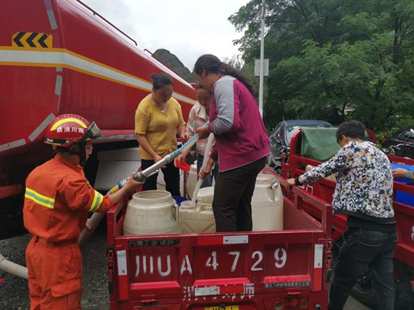 消防员对受灾群众展开救援本文图均为阿坝州消防支队供图
