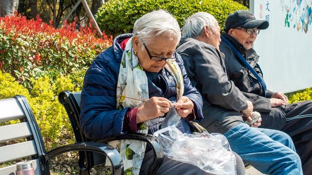 缓解养老体系压力,亟待开发合适的商业养老保险产品