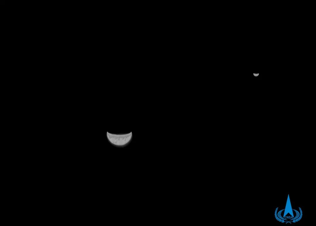 ▲201年7月27日,天问一号探测器在飞离地球约120万公里处,利用光学镜头卡仕达导航敏感器拍摄的黑白格地月留影。