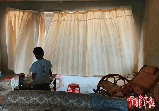 孩子在烂尾楼内房屋的客厅玩耍。