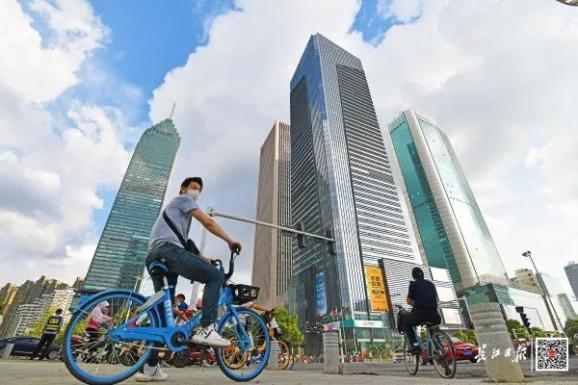7月28日下午,汉口建设大道,雨后的武汉蓝天白云。长江日报记者 詹松 摄