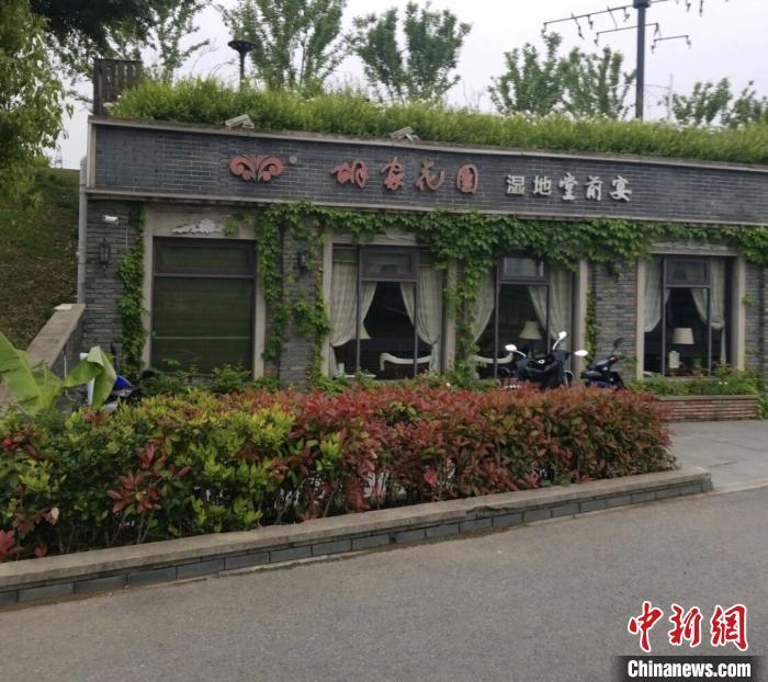 南京秦淮河杨家圩段河堤背水面违建餐厅引发关注。 申冉 摄